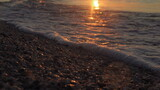 Fototapeta Fototapety z morzem do Twojej sypialni - Odbicie słońca na fale z pianą z rana pod czas wschodu słońca