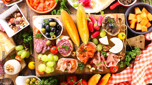 Fotografia antipasto platter with ham, salami, cheese and melon