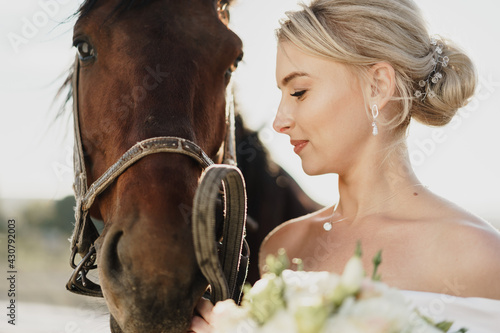 Canvas Portrait of a beautiful bride with horse