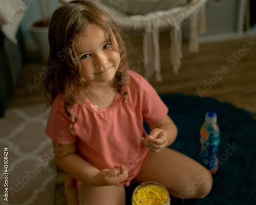 Bawiąca się dziewczynka.  - fototapety na wymiar