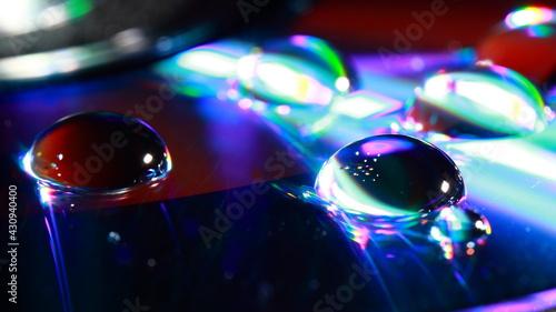 Krople wody na płycie DVD w ujęciu makrofotografii