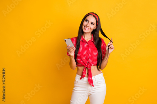 Fotografía Photo of shiny adorable young girl dressed red shirt holding curl modern device