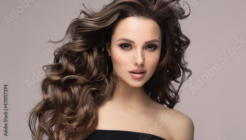 Beauty brunette girl with long  and   shiny wavy black hair .  Beautiful   woman model with curly hairstyle . - fototapety na wymiar