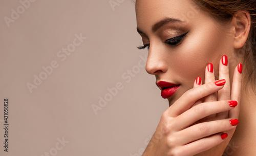 Fotografia Beautiful woman showing red lips and   manicure nails