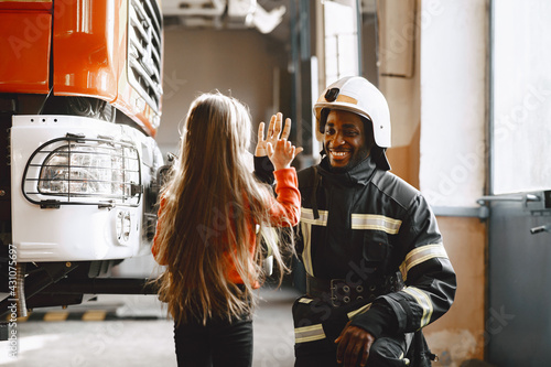 Photo Portrait of a firefighter standing in front of a fire engine