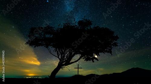 Obraz na plátně The view on the tomb cross on the beautiful starry sky background
