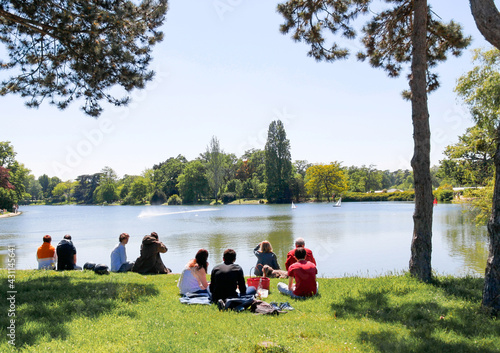 Fotografie, Obraz Parisiens sur une pelouse, lac du Bois de Boulogne à Paris