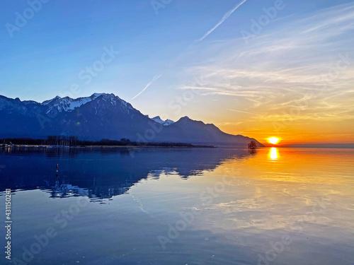Obraz na plátně Spring sunset over the eastern shore of Lake Geneva (lac de Genève, lac Léman or