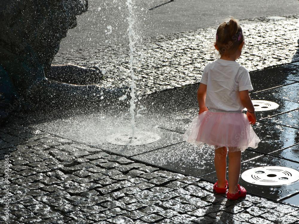Fototapeta Dziewczynka przy fontannie girl Dzień Dziecka