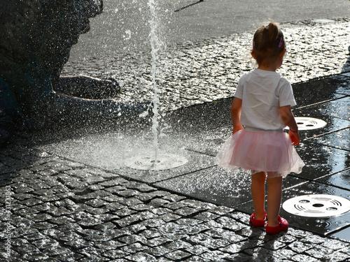 Dziewczynka przy fontannie girl Dzień Dziecka - fototapety na wymiar