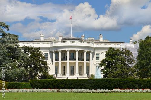 Obraz na plátně White House in a cloudy spring day - Washington D