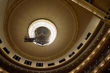 ウィーン国立歌劇場をツアーする。