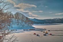 湖でテントを張る風景
