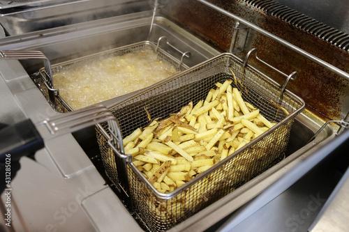 Fotografía Cuisson de frites maison dans une friteuse professionnelle