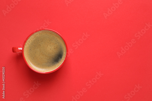 Canvastavla Cup of aromatic coffee on red background, top view