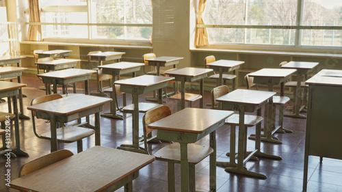 誰もいない教室の机 - fototapety na wymiar