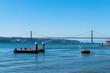 Lissabon, Brücke des 25. April über den Tejo. Im Vordergrund eine schwimmende Plattform