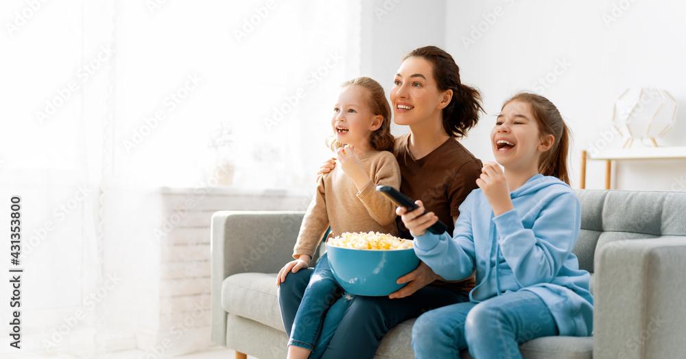 Obraz family watching TV fototapeta, plakat