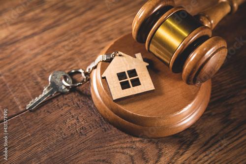Judge gavel and house key on gray background Fototapet