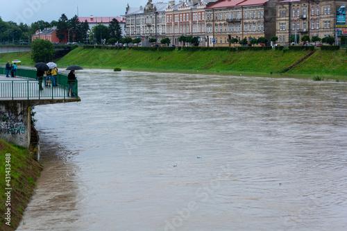 Wysoki stan wody rzeki San w mieście Przemyśl. Polska, Przemyśl, 23.06.2020 - fototapety na wymiar