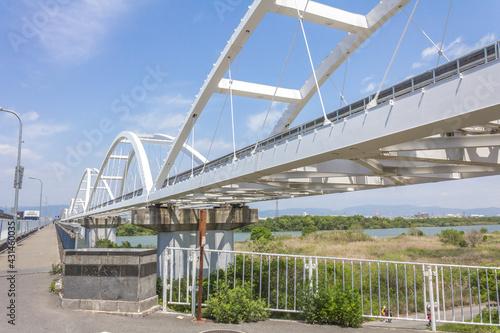 Photo 鳥飼大橋南端の堤防から見る大阪モノレール淀川橋梁と鳥飼大橋
