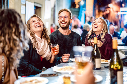 Fotografía Happy friends having fun drinking white wine at street food festival - Young peo