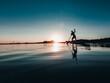 Mężczyzna na desce SUP o zachodzie słońca nad jeziorem
