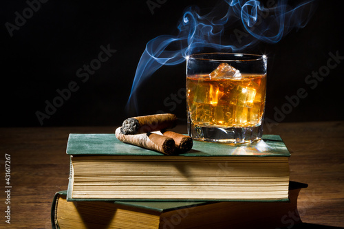 Fotografiet whiskey and cigar