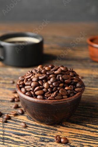 Obraz Bowl with coffee beans on wooden background - fototapety do salonu