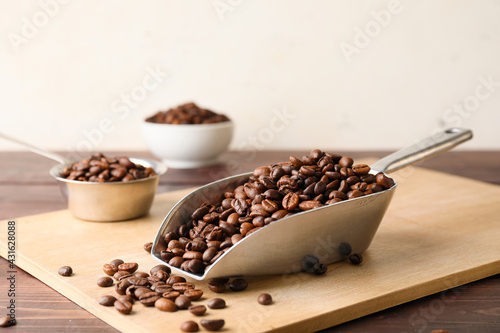 Obraz Scoop and pot with coffee beans on wooden background - fototapety do salonu