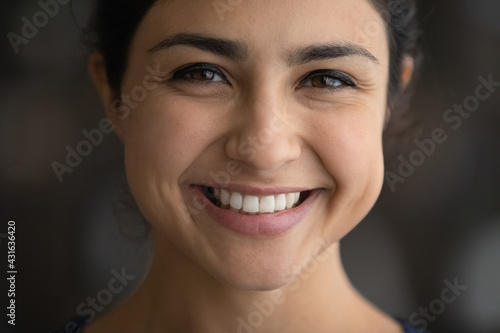 Fotografía Close up head shot happy attractive Indian woman with perfect healthy skin and w