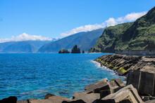 Grandes Montañas De Rocas En Las Costas Del Mar Con Un Cielo Azul Y Nubes Blancas