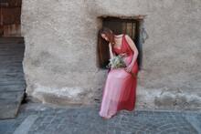 Donna Vintage Triste Sposa Abito Rosso Fiori Pensierosa