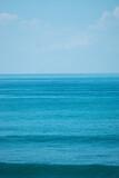 Fototapeta Fototapety z morzem do Twojej sypialni - Ocean z falami i niebem, naturalne niebieskie tło.