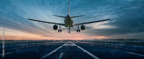 Fotografie, Obraz Flugzeug über der Landebahn
