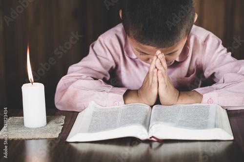 Fotografía boy praying to God