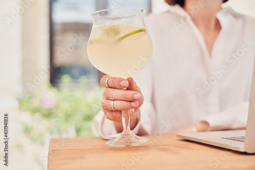 Obraz Close up glass of coctail in hand - fototapety do salonu
