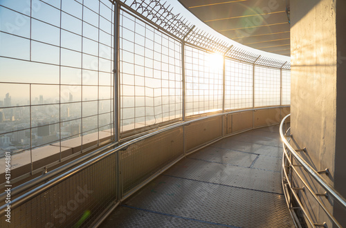 Photo Walkway of observation deck revolving 360 viewpoints on tower rooftop, Bangkok urban city skyline view at sunset