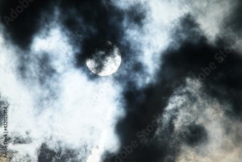 Fotografia Sonnen Licht scheint durch dichte Wolken und erzeugt dramatische Strukturen und