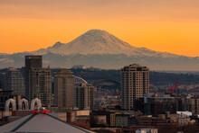 The City Skyline Of Seattle, Washington. Washington's Iconic, Active Volcano Mount Rainier Looms On The Horizon. Kerry Park - Queen Anne - Seattle, Washington