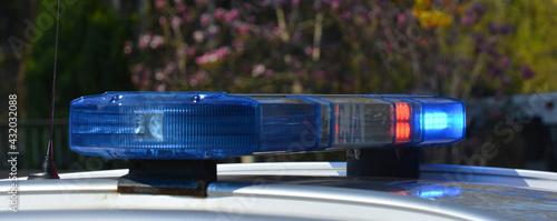 Radiowóz polskiej policji na patrolu w śródmieściu miasta.  Jedzie jezdnią.  - fototapety na wymiar