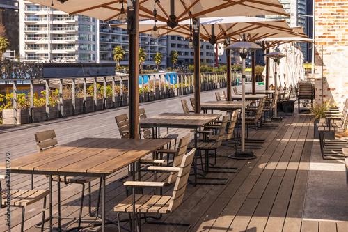 Fotografie, Tablou レストランの前のテラスにある日除けパラソルとテーブル