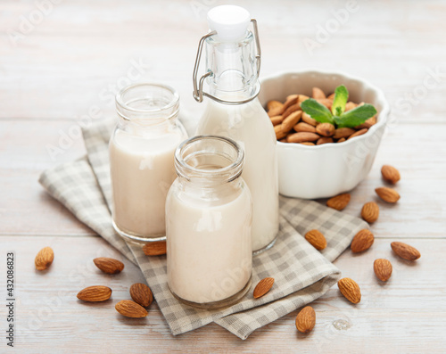 Obraz Almond milk and almonds - fototapety do salonu