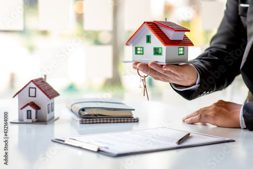 Real estate broker agent presenting and consult to customer to decision making s Fototapet