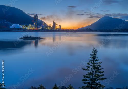 Fototapeta Sunrise at Lac des Arcs and the Exshaw cement plant in Alberta, Canada