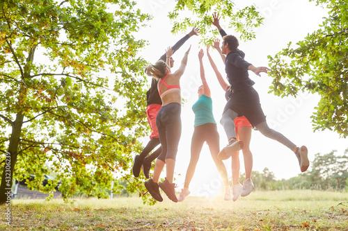 Gruppe junger Leute macht High Five für Motivation - fototapety na wymiar