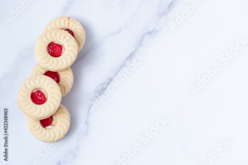 Fotografie, Obraz Stuffed strawberry cookies on marble background, copy space