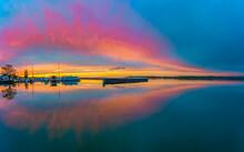 Bootssteg Zur Abenddämmerung Nach Farbenprächtigen Sonnenuntergang In Ribnitz-Damgarten Am Saaler Bodden