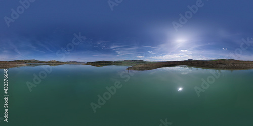 Photo 360 degree aerial photo of Ogliastro lake in the heart of Sicily with Etna view