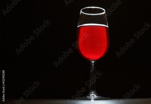 Fotografia Un calice di vino rosso mosso